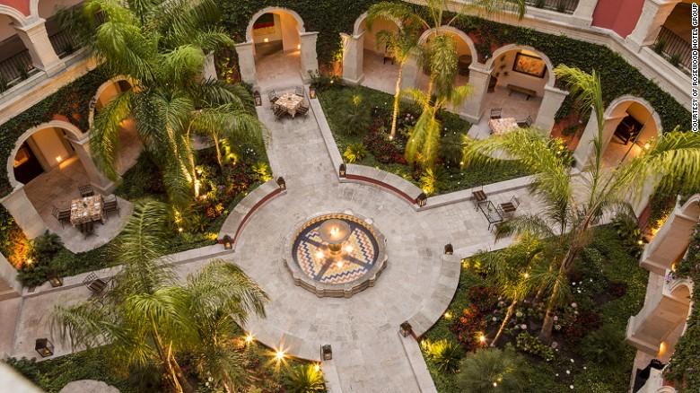 La vista del patio central del Hotel Rosewood San Miguel de Allende.