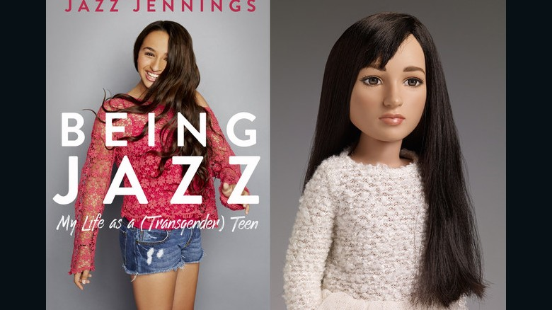 La muñeca Jazz Jennings viene con una camiseta rosada y unos pantalones cortos de jean, las prendas que la adolescente que inspiró el juguete viste en la portada de sus memorias.