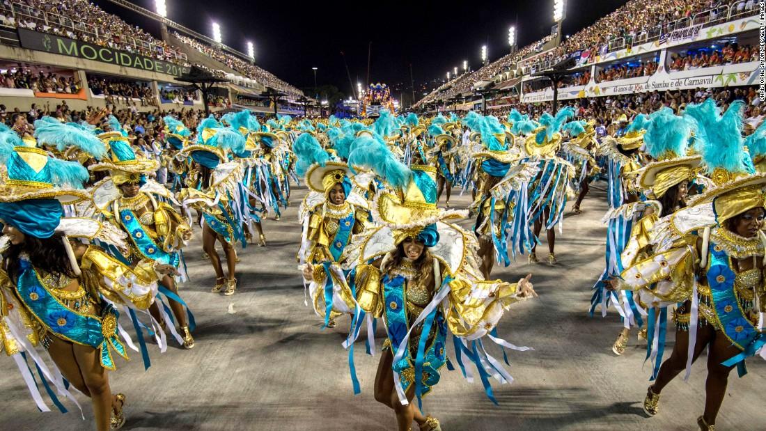 El Desfile de Samba es una competencia entre las mejores escuelas de samba del país, que se preparan todo el año para ello. ¿El premio? Alardear de haber sido los mejores, los primeros.