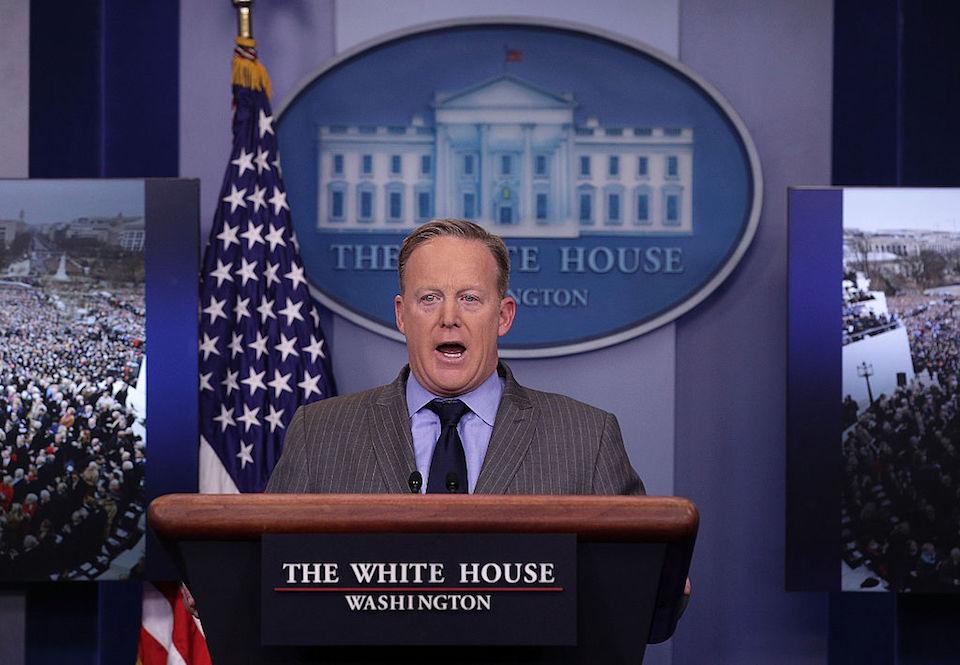 El secretario de prensa de la Casa Blanca, Sean Spicer, en su primera declaración en la sala de prensa luego de la toma de posesión de Trump. (Photo by Alex Wong/Getty Images)