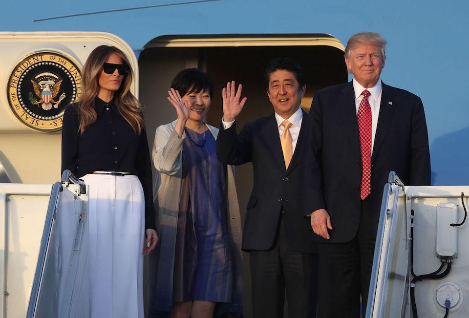 Trump, Abe y sus esposas descienden del Air Force One. (Joe Raedle/Getty Images)