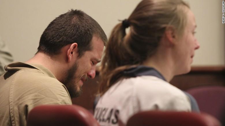 Jose Torres y Kayla Norton esperan su sentencia en el tribunal del condado de Douglas.