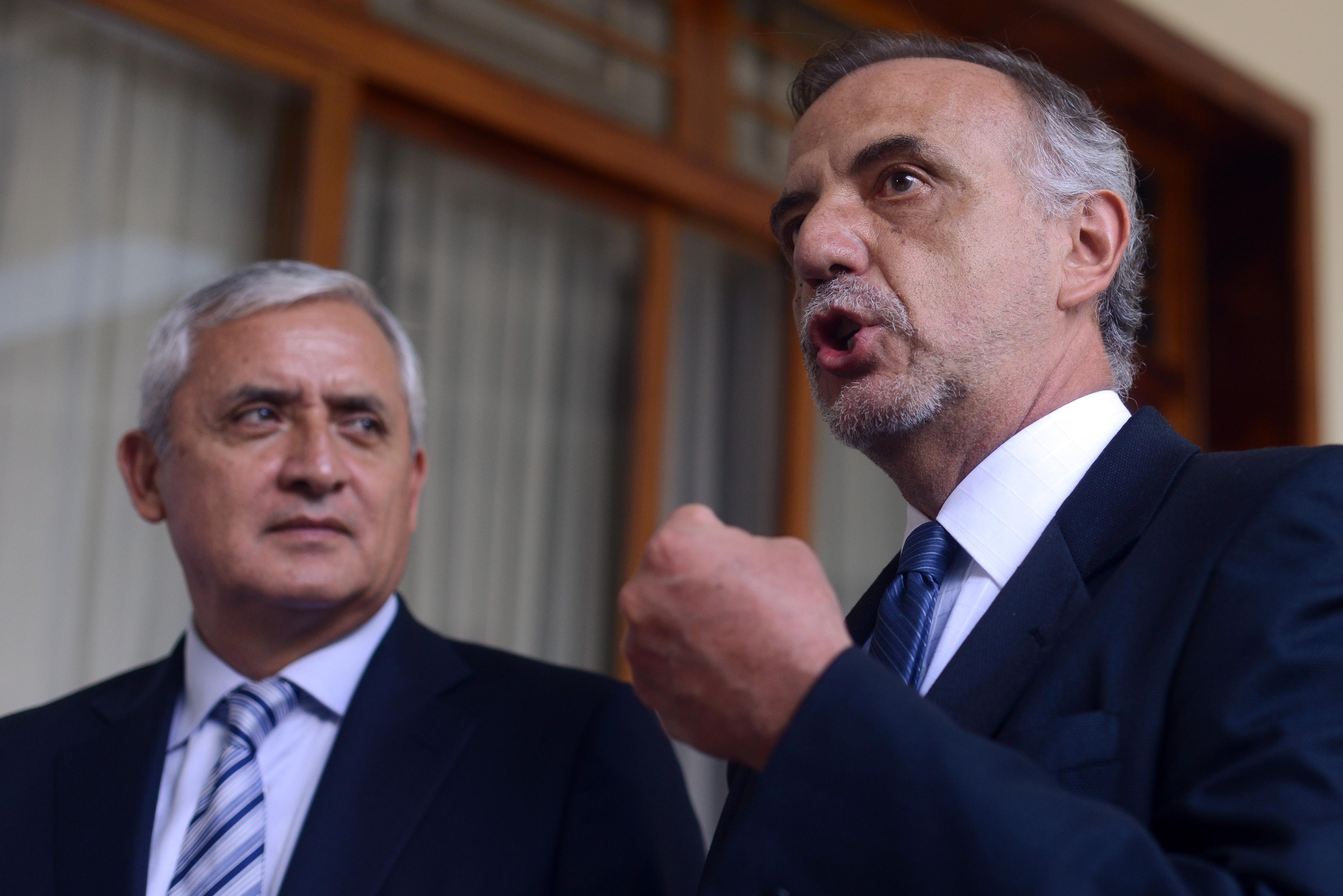 Imagen del 1 de octubre del 2013 en la que se ve a Velázquez (d) junto al entonces presidente guatemalteco Otto Pérez Molina. (Crédito: JOHAN ORDÓÑEZ/AFP/Getty Images)