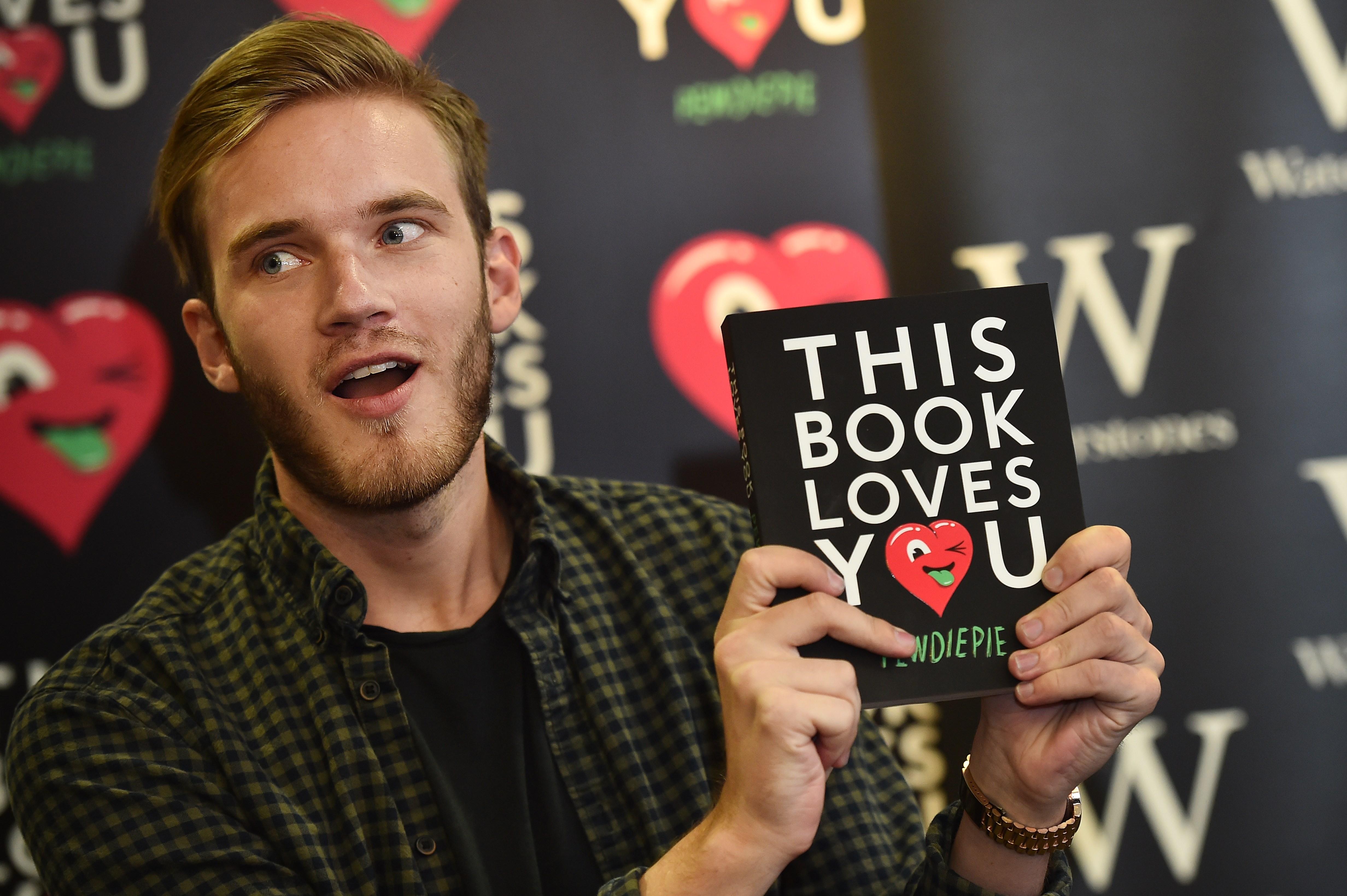"""Felix Kjellberg """"PewDiePie"""" al posar durante la presentación de su libro 'This book loves you' en Londres en octubre del 2015. (Crédito: BEN STANSALL/AFP/Getty Images)"""