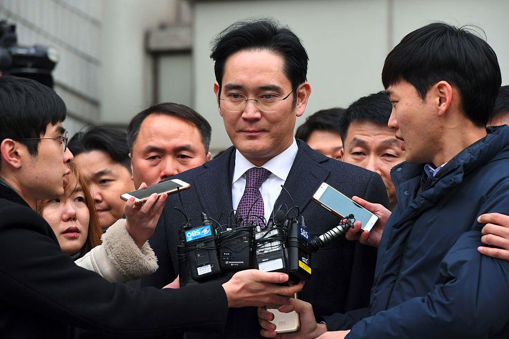 SLee Jae-Yong al salir de una corte en Seúl el 18 de enero de 2017 por el el escándalo de corrupción de Corea del Sur. Lee ha negado las acusaciones en su contra . (Crédito: JUNG YEON-JE/AFP/Getty Images)