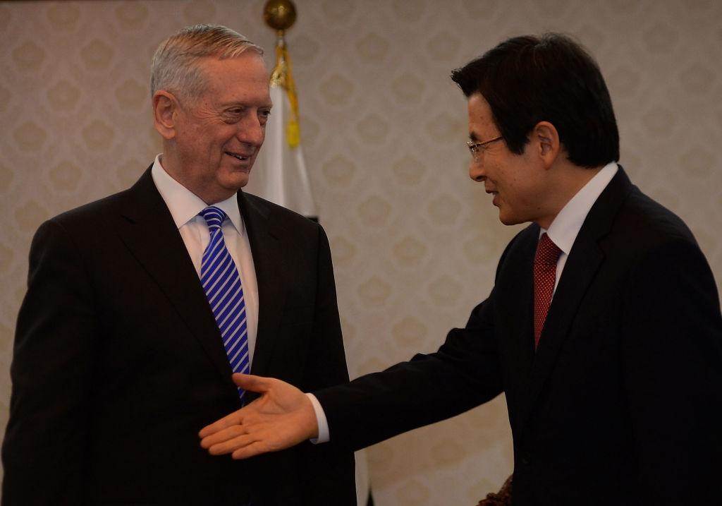 SEl presidente interino de Corea del Sur, Hwang Kyo-ahn, saludó al secretario de Defensa de Estados Unidos, James Mattis, durante su visita a Seúl este 2 de febrero. (Crédito: Song Kyung-Seok-Pool/Getty Images)