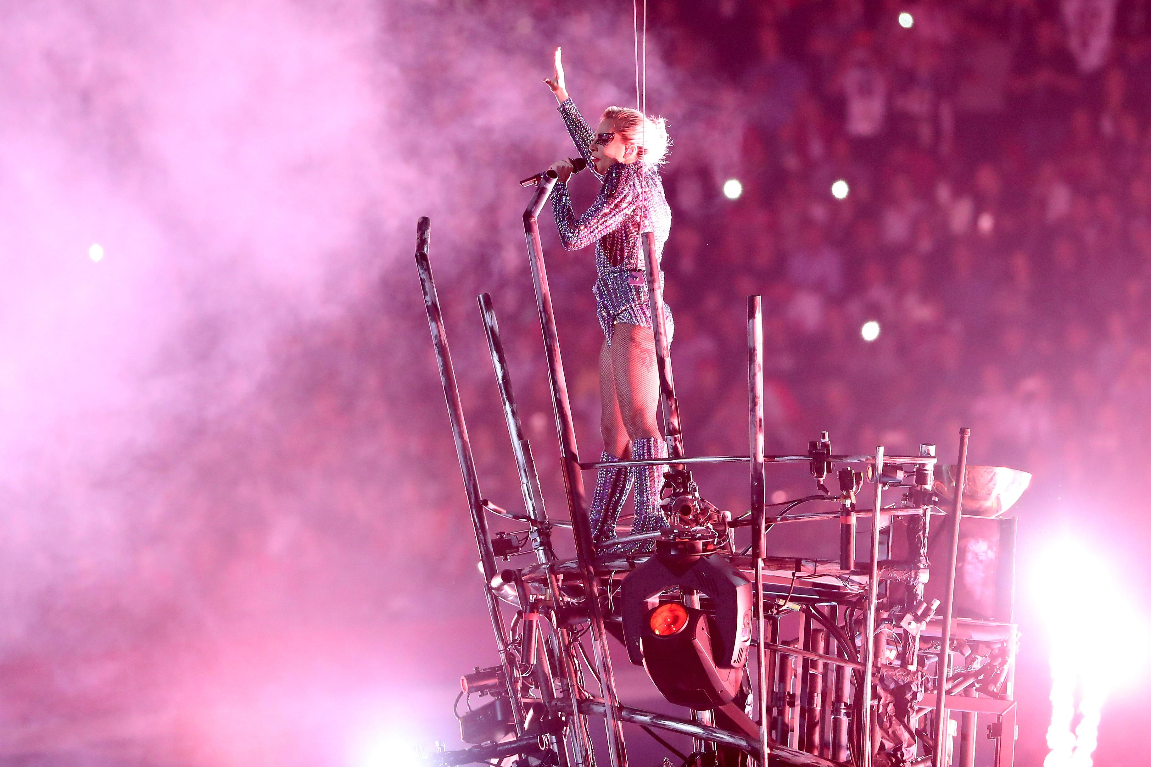 Detalle de la presentación de Lady Gaga en el espectáculo de medio tiempo del Super Bowl 51. (Crédito: Patrick Smith/Getty Images)