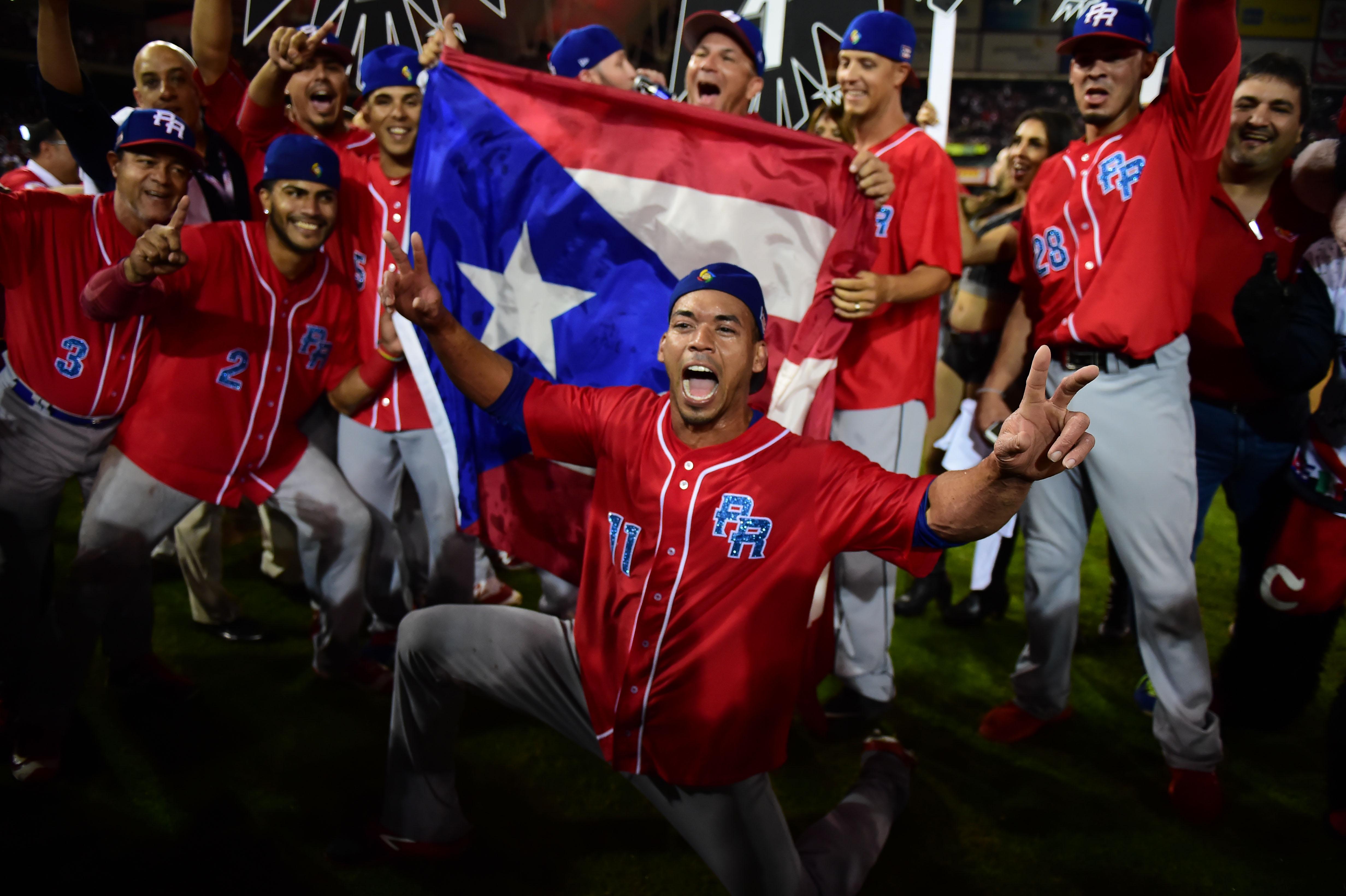 Jugadores de los Criollos de Caguas puertorriqueños celebran tras ganarle 1-0 a las Águilas de Mexicali mexicanas en la final de la Serie del Caribe en Culiacán. (Crédito: RONALDO SCHEMIDT/AFP/Getty Images)
