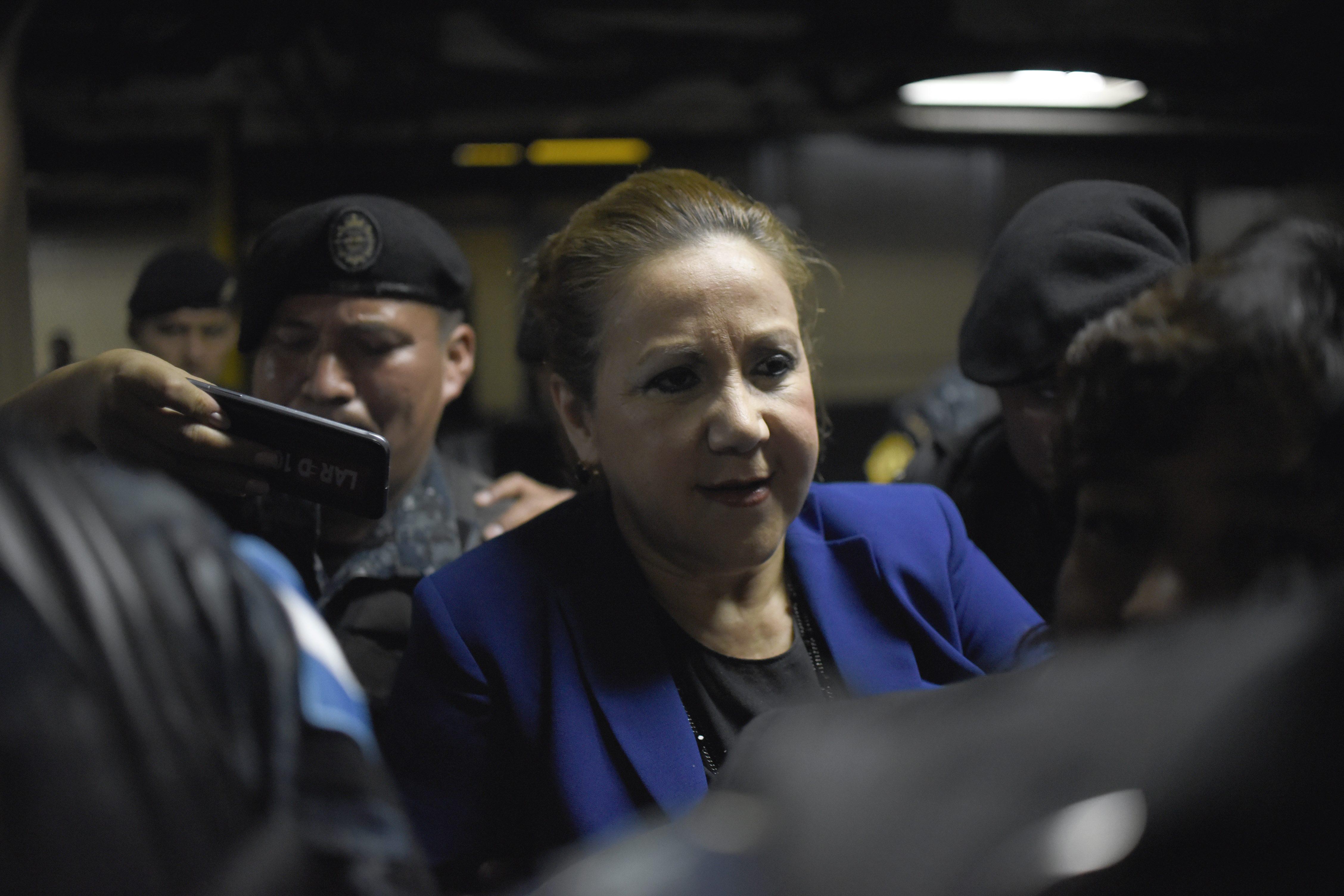 La jueza Blanca Stalling es custodiada por la policía tras ser arrestada en Ciudad de Guatemala. (Crédito: JOHAN ORDONEZ/AFP/Getty Images)