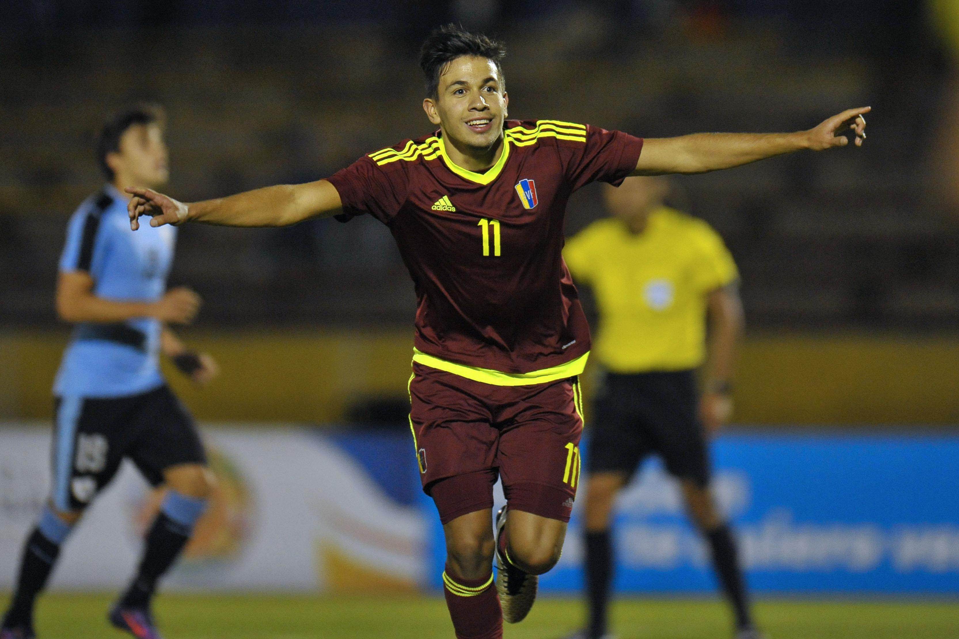 Ronaldo Chacón celebra tras anotarle un gol a Uruguay. (Crédito: JUAN CEVALLOS/AFP/Getty Images)