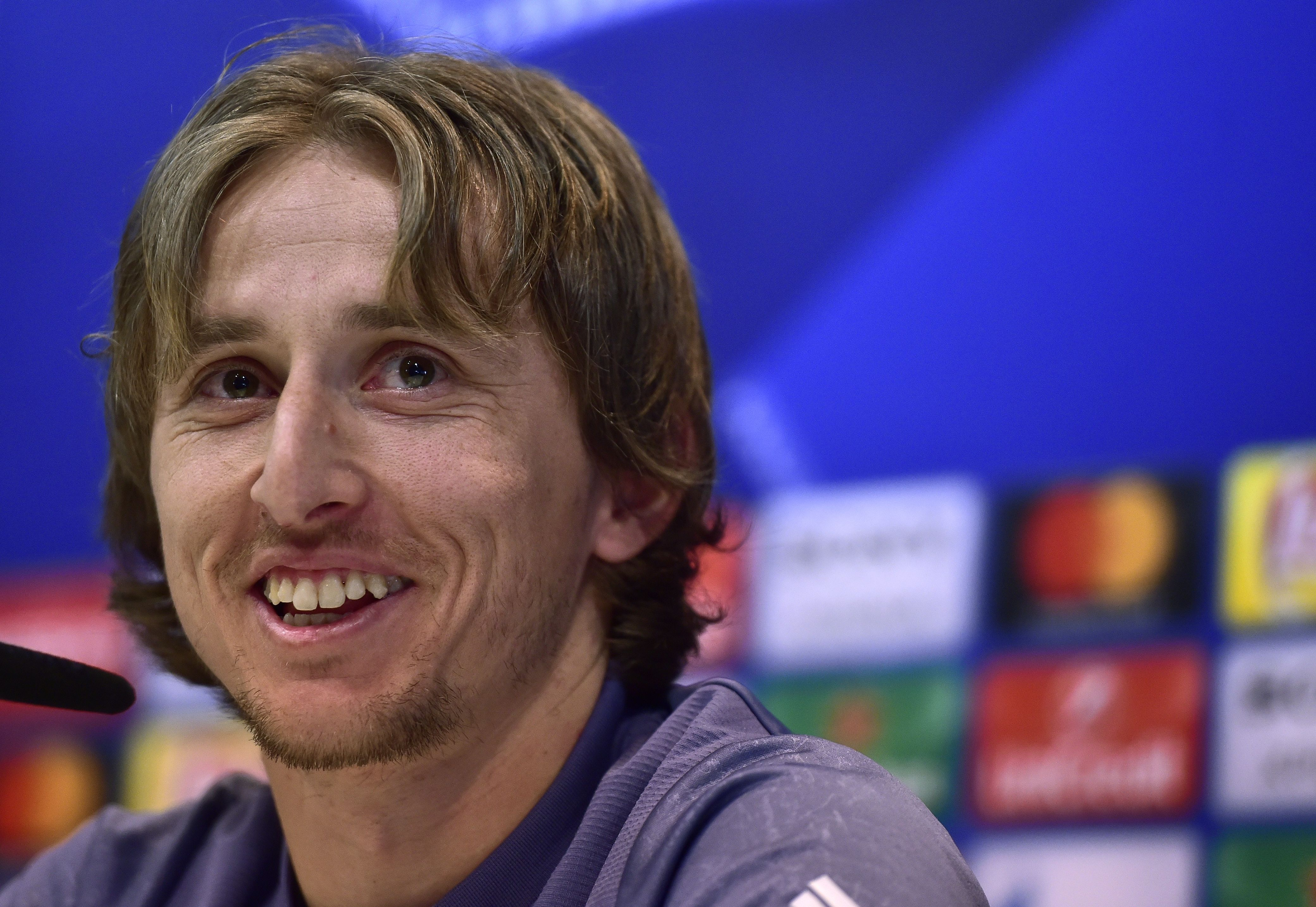 Luka Modric sonríe durante una conferencia de prensa en Valdebebas, antes del partido contra el Nápoles. (Crédito: GERARD JULIEN/AFP/Getty Images)