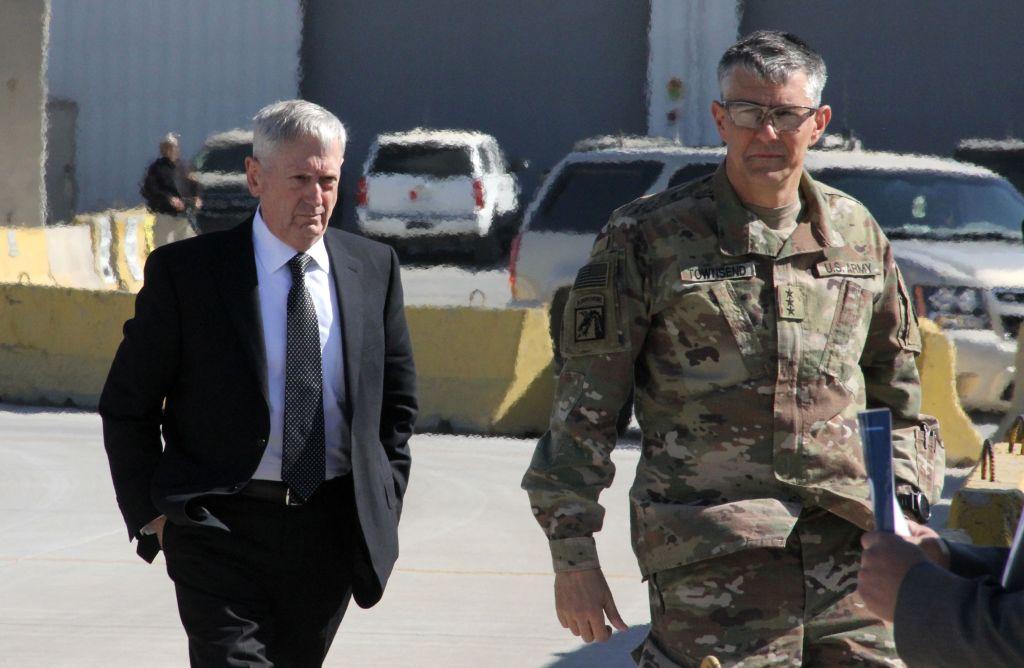 El secretario de Defensa de Estados Unidos, James Mattis, junto al General Stephen Townsend a su llegada a la capital iraquí de Baghdad el 20 de febrero de 2017. (Crédito: THOMAS WATKINS/AFP/Getty Images)