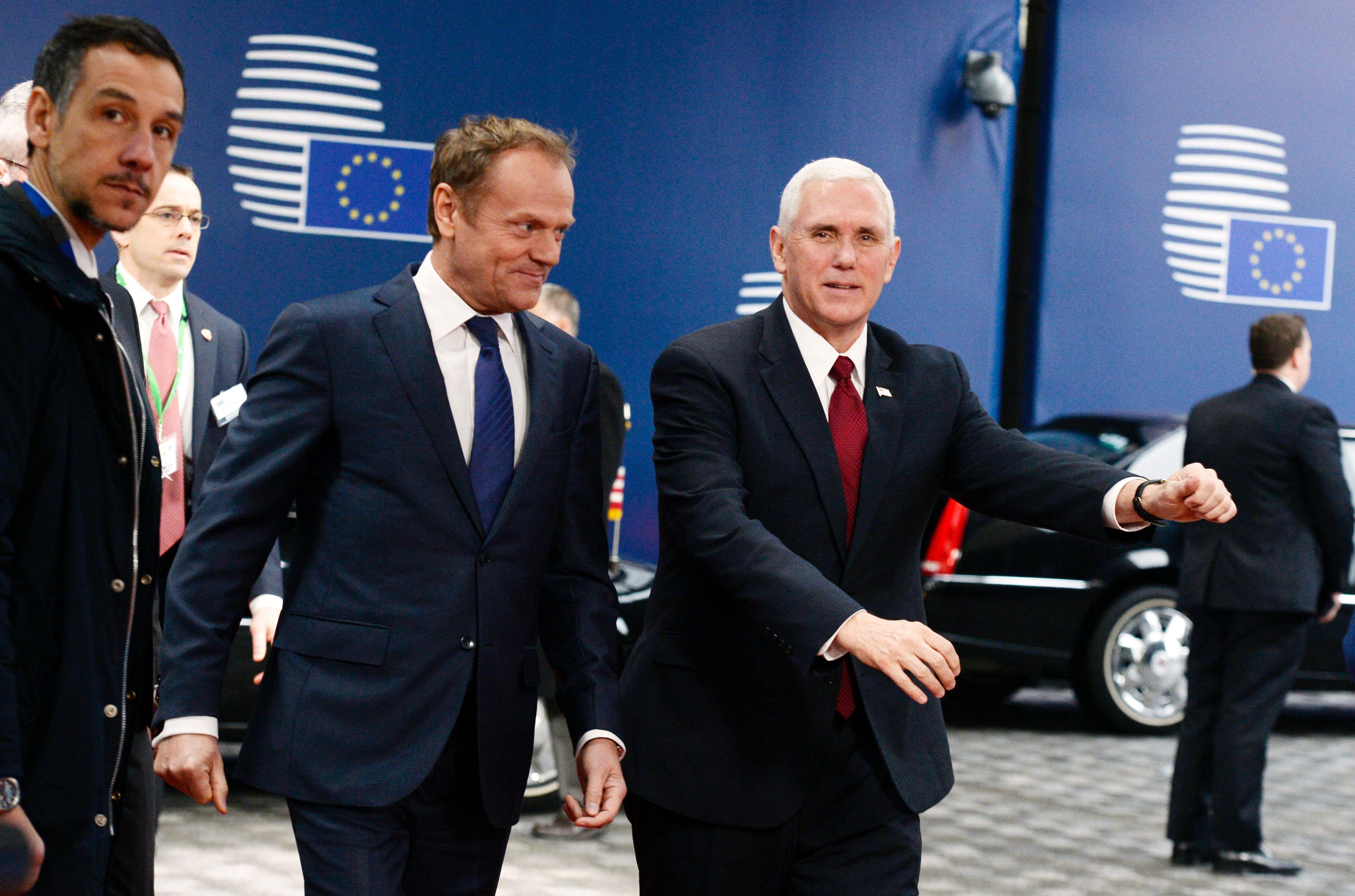 El vicepresidente estadounidense, Mike Pence (d), camina junto al presidente del Consejo Europeo, Donald Tusk antes de su reunión en Bruselas. (Crédito: THIERRY CHARLIER/AFP/Getty Images)