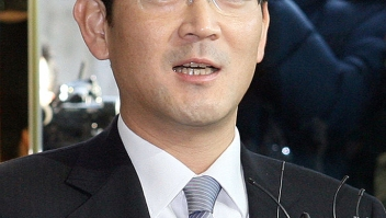 Lee Jae-Yong (C), son of Samsung group chairman Lee Kun-Hee, arrives at the independent counsel's office in Seoul on February 28, 2008. The heir apparent to South Korea's Samsung group was summoned by investigators for questioning about the group's controversial wealth transfer and other alleged business irregularities. AFP PHOTO/HONG JIN-HWAN (Photo credit should read HONG JIN-HWAN/AFP/Getty Images)
