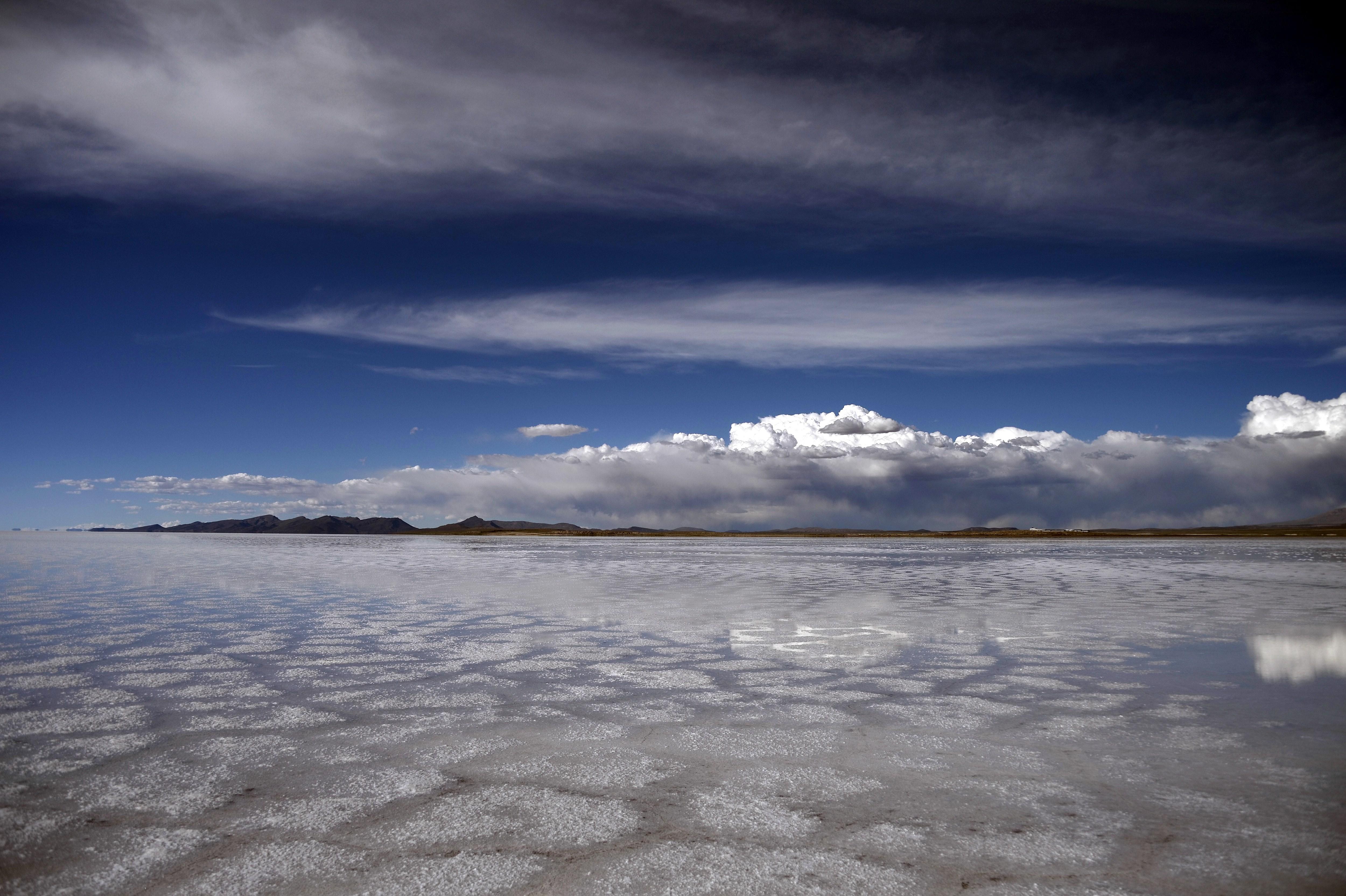 El Salar de Uyuni es uno de los lugares más visitados en Bolivia. Es el desierto de sal más alto del mundo, ubicado a 3.650 metros sobre el nivel del mar.
