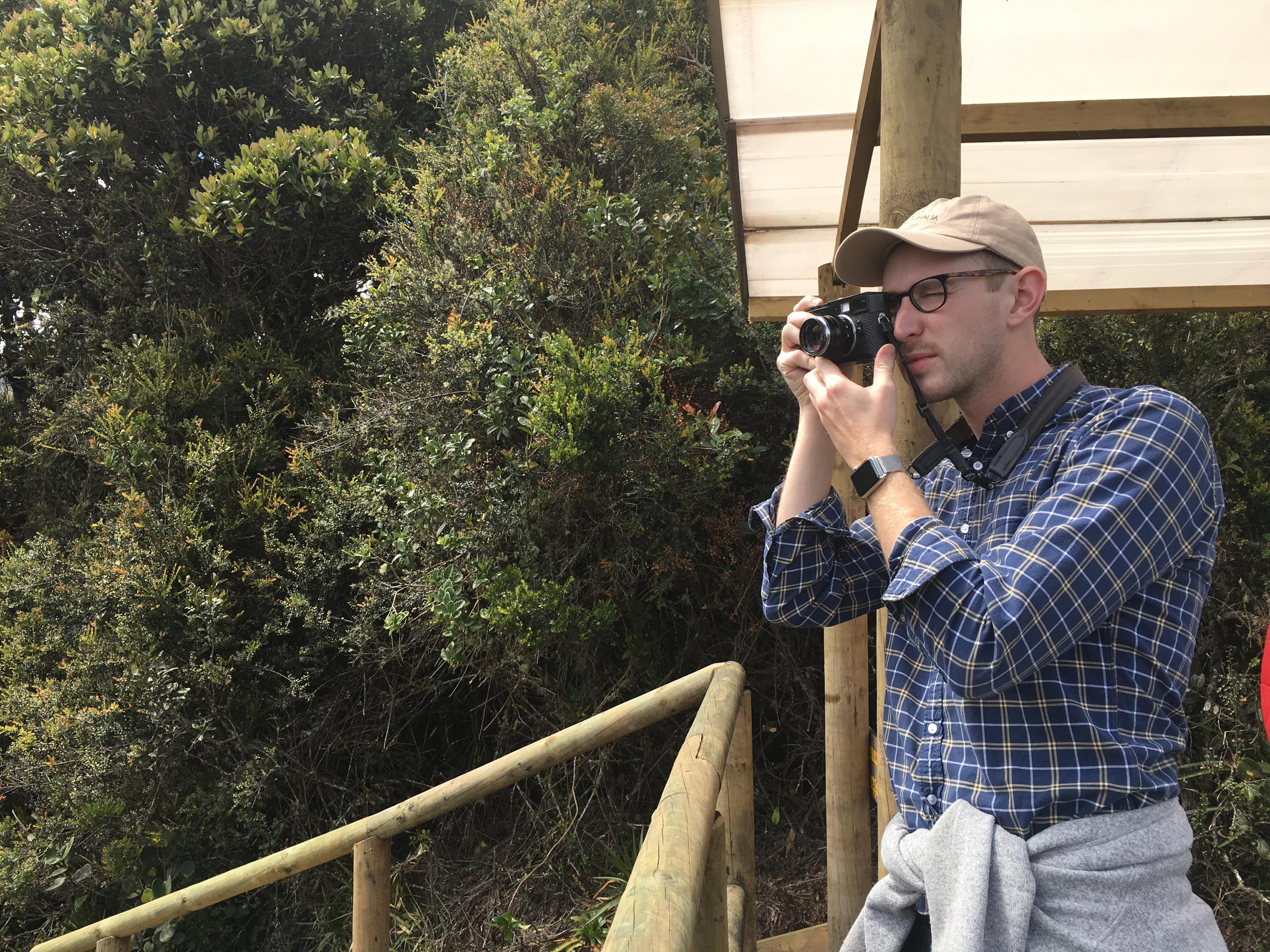Daniel Houghton tiene 28 años. Es fotoperiodista y un amante de viajar y de los viajes. Le fascinan los aeropuertos.