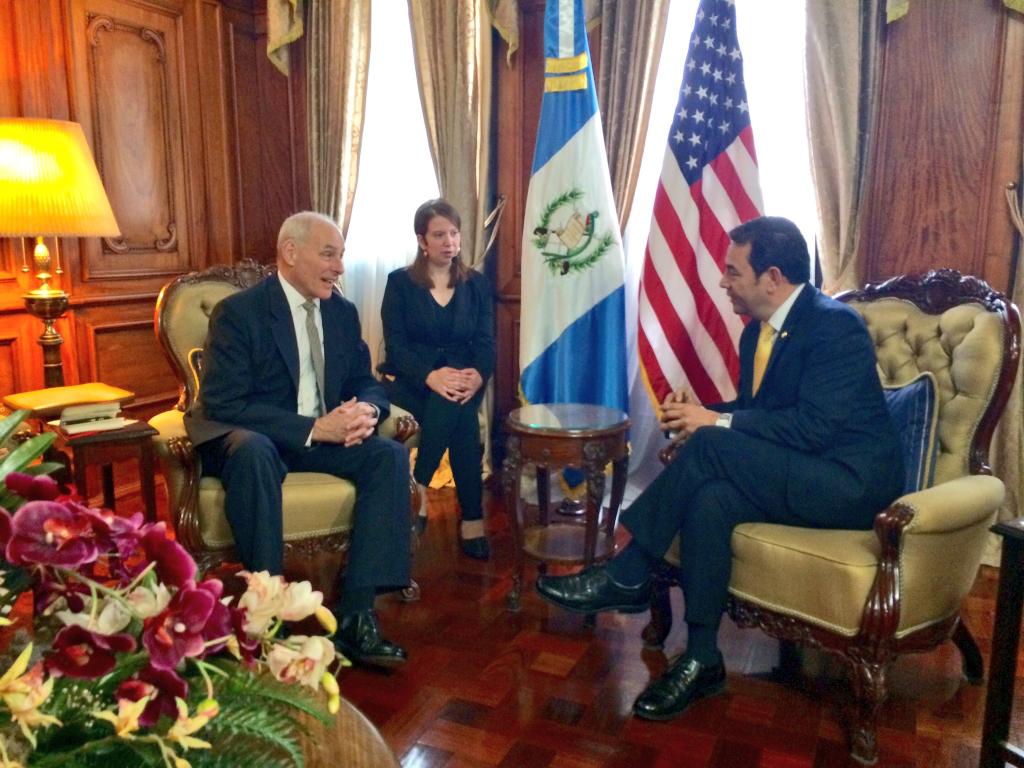 El secretario de Seguridad Nacional de Estados Unidos, John Kelly (i), junto al presidente guatemalteco, Jimmy Morales (d), durante su reunión en el Palacio Nacional de la Cultura en Ciudad de Guatemala. (Crédito: Michelle Mendoza).