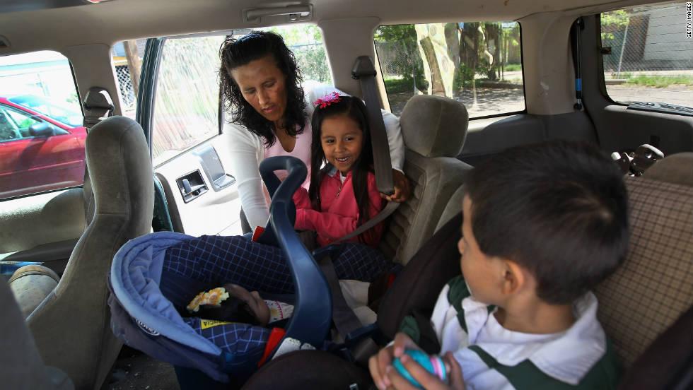 La inmigrante mexicana Jeanette Vizguerra monta a sus hijos al auto el 23 de mayo de 2011, después de una reunión con el consulado de su país, en medio de la lucha que libraba contra las audiencias de deportación en Denver.