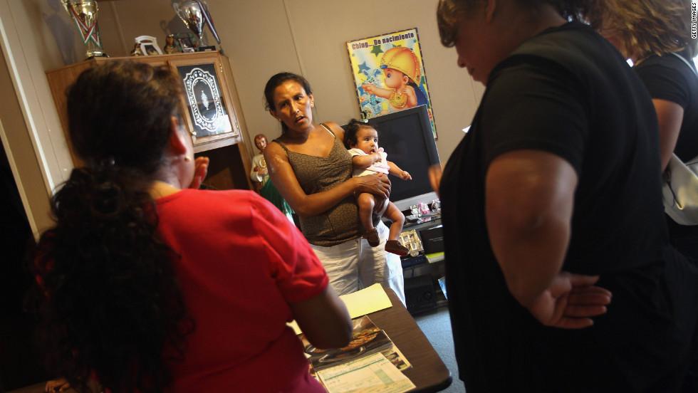 La inmigrante mexicana indocumentada Jeanette Vizguerra sostiene a su hija Zury, de 5 meses, mientras habla sobre derechos de inmigrantes con sus compañeros en la misma situación, el 10 de julio de 2011 en Denver.