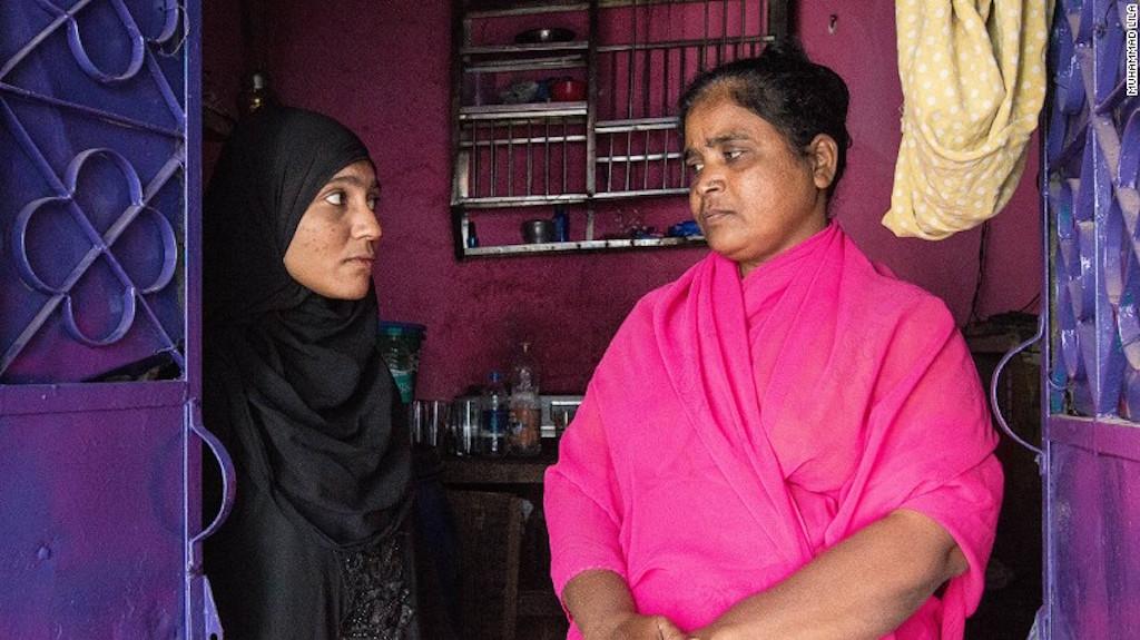 Muera Begum. a la izquierda, fue vendida por su madre para aparentar un matrimonio.