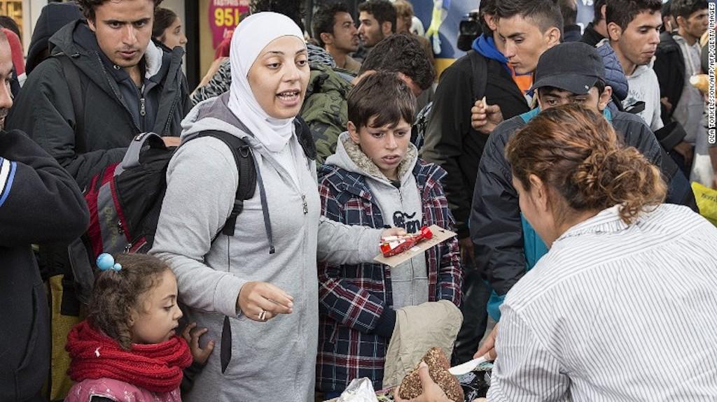 Voluntarios les dan comida y bebidas a un grupo de refugiados en la ciudad de Malmo en Suecia en septiembre de 2015.