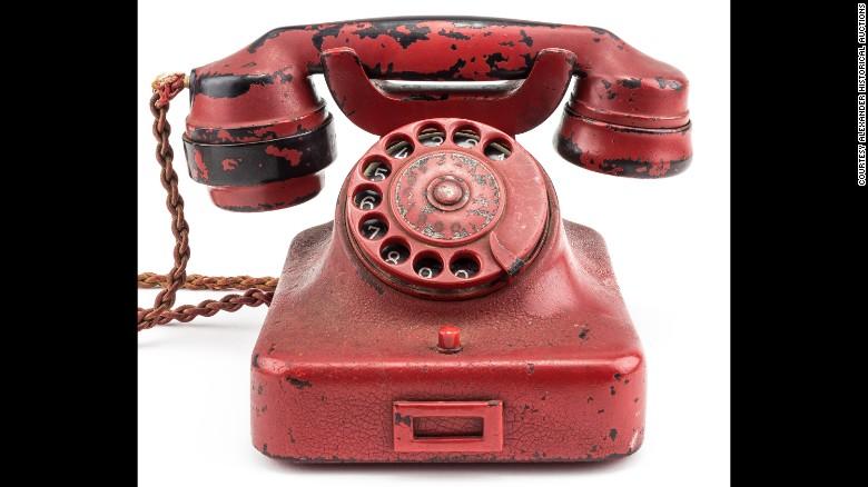 El teléfono de Hitler, que originalmente era negro, fue pintado de rojo y su nombre fue grabado junto con una esvástica.