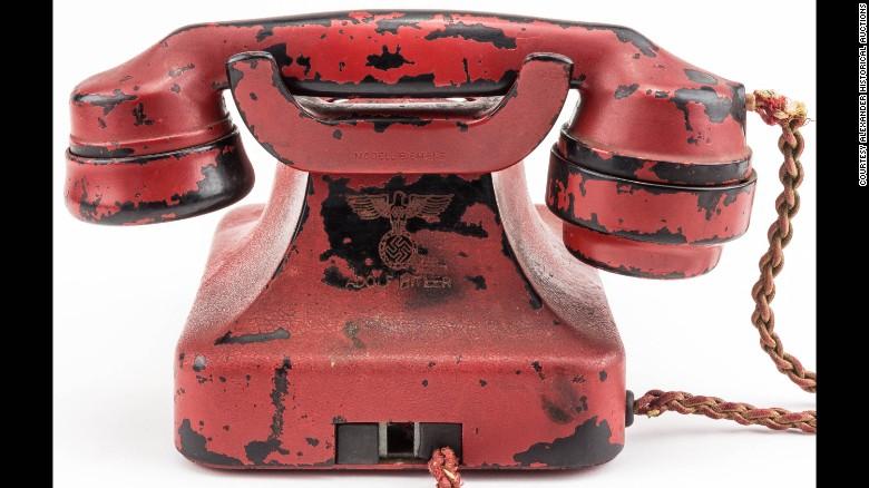 El nombre de Hitler está grabado en la parte posterior del teléfono, junto con un águila y una esvástica.