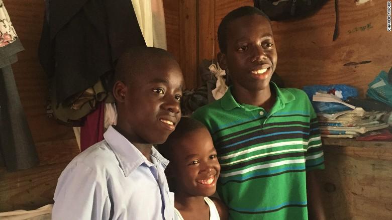 Monley (centro) con sus hermanos Christoper (izquierda) y Moise (derecha).