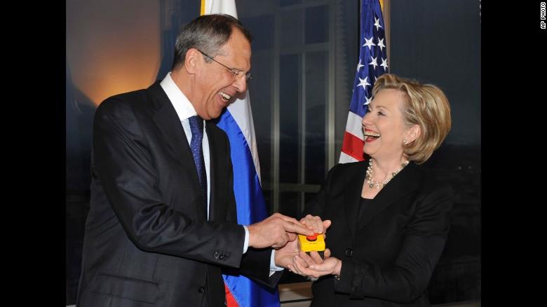 """Kislyak fue embajador cuando la entones secretaria de Estado, Hillary Clinton, le regaló al ministro ruso de Relaciones Exteriores, Sergey Lavrov, un botón de """"reset""""."""