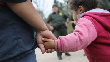 Familias de inmigrantes indocumentados centroamericanos detenidas en Texas. (Photo by John Moore/Getty Images)
