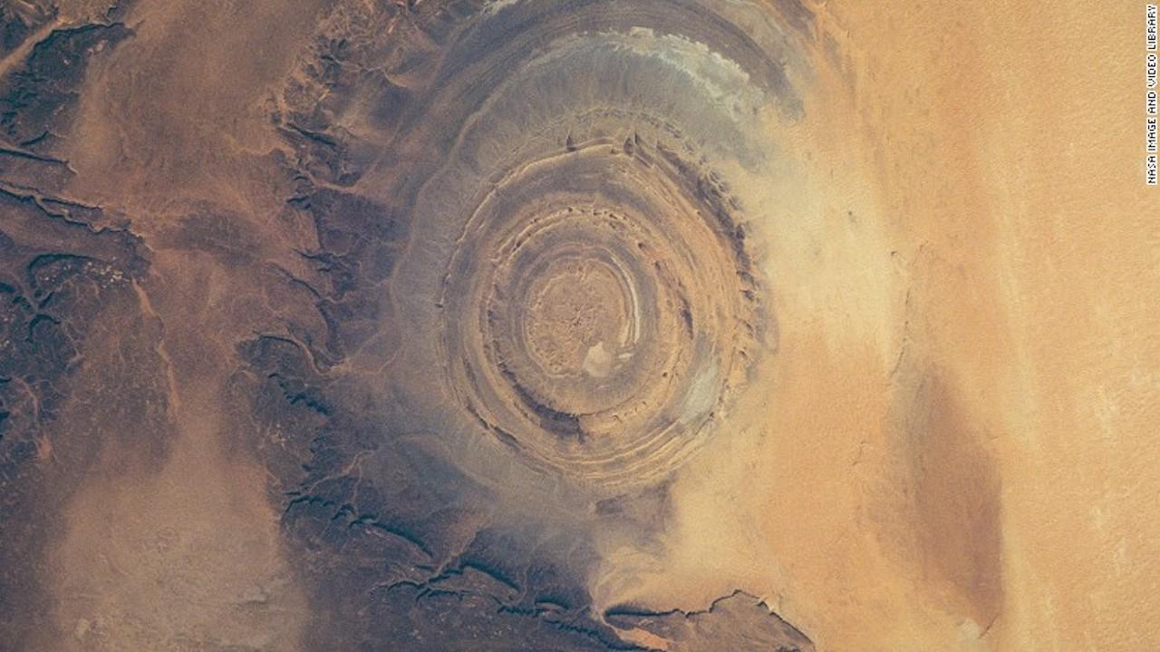 Gres de Chinguetti Plateau, Mauritania — La Estructura de Richat, una estructura geográfica en el desierto del Sahara, aparece en esta foto de 1993 en el Gres de Chinguetti Plateau en el centro de Mauritania, al noroccidente de África.