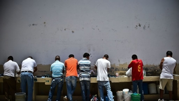 TOPSHOT - Inmates wash clothes and dishes at the mixed-sex prison of Tulancingo, Hidalgo State, Mexico, on June 29, 2016. Men and women, 549 in total, live together in common spaces at the prison of Tulancingo. / AFP / RONALDO SCHEMIDT (Photo credit should read RONALDO SCHEMIDT/AFP/Getty Images)