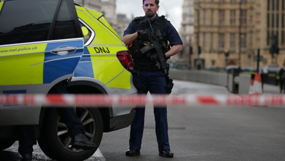 An armed police officer guards inside a police cordon outside the Houses of Parliament in central London on March 22, 2017 during an emergency incident. / AFP PHOTO / Daniel LEAL-OLIVAS (Photo credit should read DANIEL LEAL-OLIVAS/AFP/Getty Images)