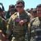 Un oficial de la coalición encabezada por Estados Unidos junto a combatientes kurdos de las Unidades de Protección del Pueblo (YPG) en el lugar de los ataques aéreos turcos contra posiciones de YPG en Siria.