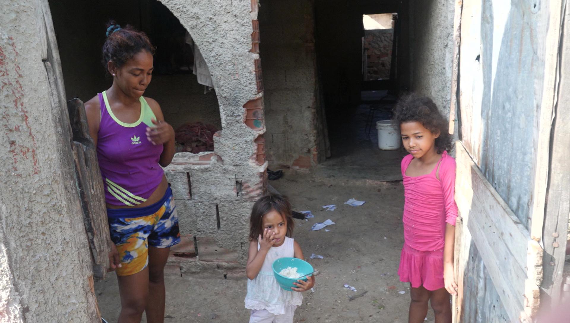 La familia Dias nos dio la bienvenida en su casa, el día en que Jennifer pudo comer arroz por primera vez en una semana.