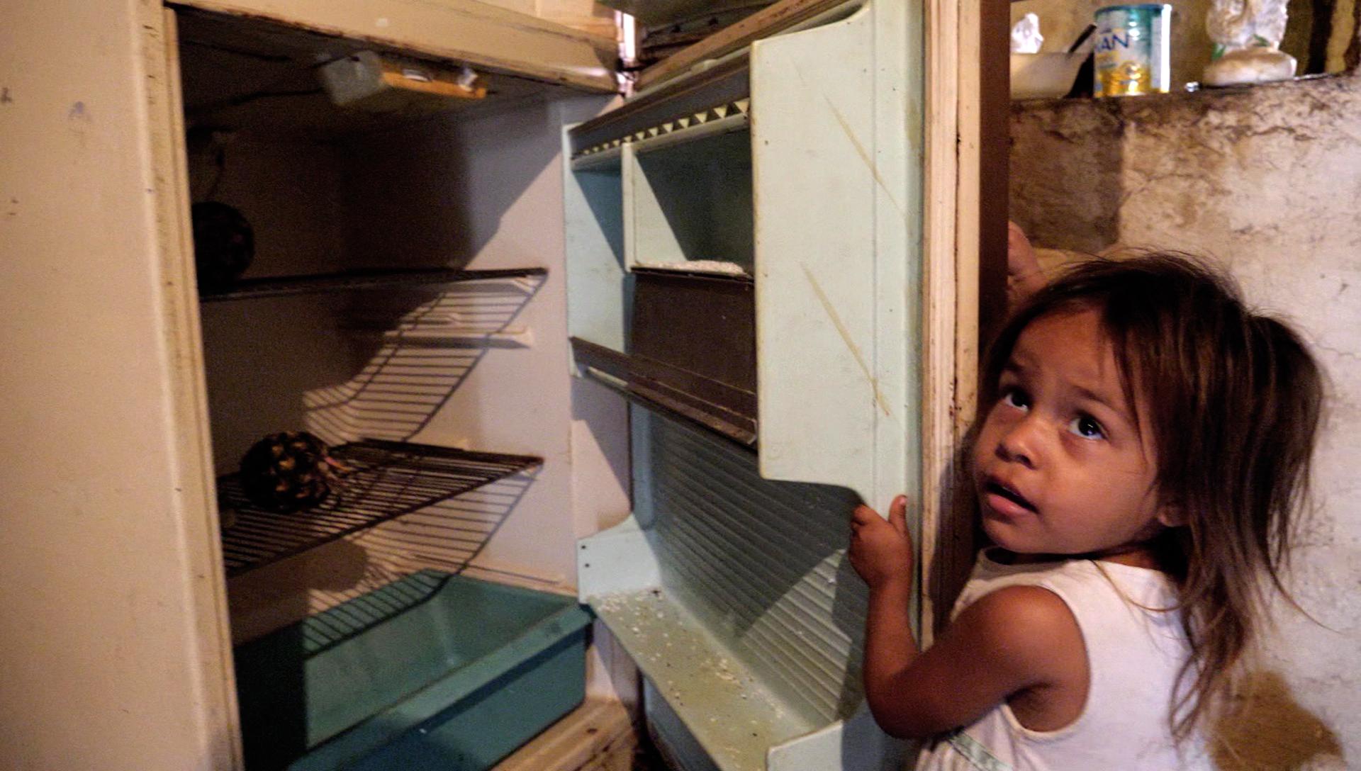 Para Jennifer, de tres años, es algo normal que en la nevera solo haya dos piñas viejas.