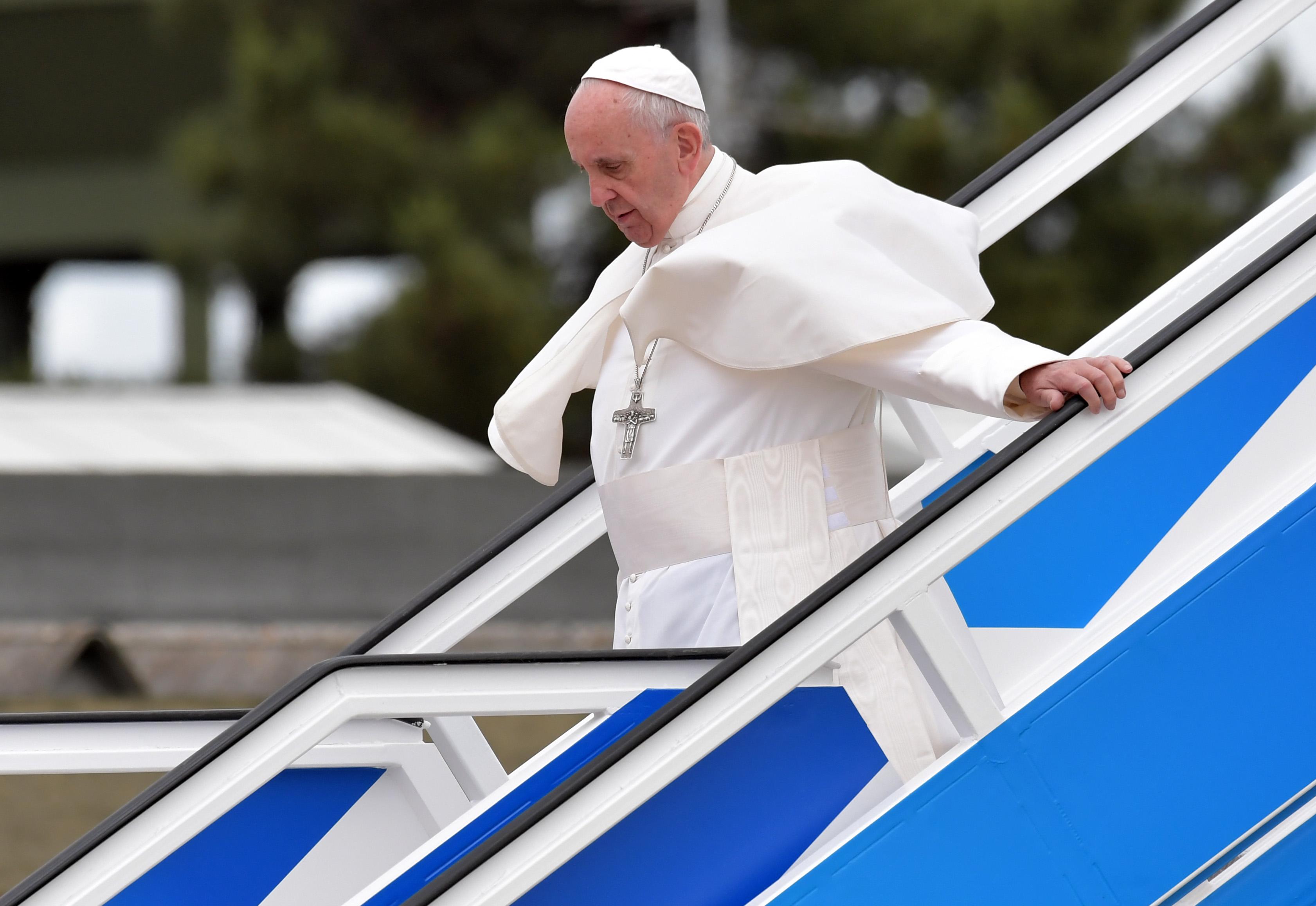 El papa Francisco sale de, avión que lo llevó a Fátima (Portugal) en el marco de la celebración del centenario de las apariciones de la Virgen María. (Crédito: TIZIANA FABI/AFP/Getty Images)