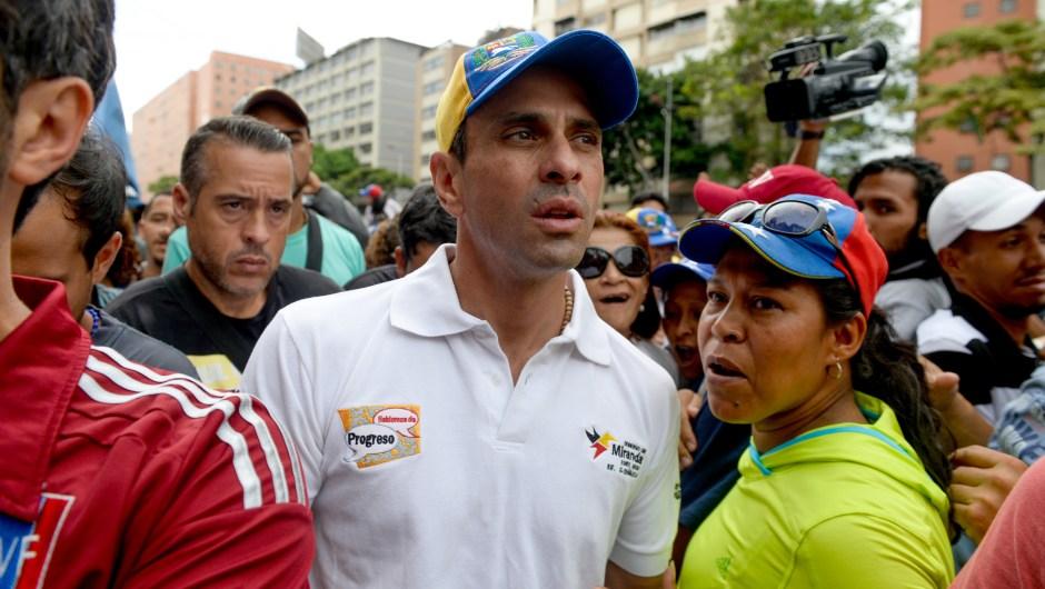 Henrique Capriles (centro) durante una marcha opositora en Caracas el 12 de mayo de 2017. Crédito: FEDERICO PARRA/AFP/Getty Images