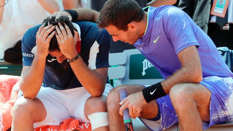 El español Nicolas Almagro (izq.) es consolado por el argentino Juan Martin del Potro después de que tuviera que retirarse por lesión durante su partido de Roland Garros el 1 de junio de 2017 en París. Crédito: aTHOMAS SAMSON / AFP / Getty Images.