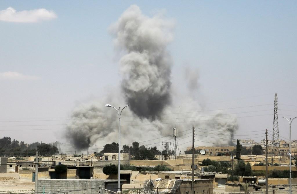 Humo sobre los edificios de la ciudad de Raqa, en el norte de Siria, durante la ofensiva de los combatientes apoyados por Estados Unidos para retomar el bastión del Estado Islámico el 18 de junio de 2017. Crédito: DELIL SOULEIMAN / AFP / Getty Images.
