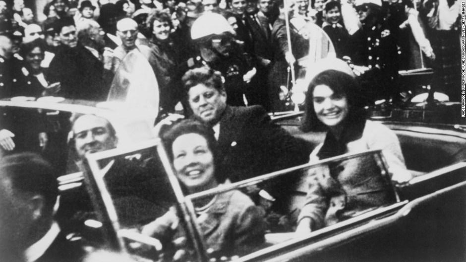 Grandes misterios en la Historia – El presidente de Estados Unidos, John F. Kennedy, se encuentra sentado con la primera dama en la parte trasera de una limusina el 22 de noviembre 1963, en Dallas. El asesinato de Kennedy sigue siendo uno de los acontecimientos más impactantes del siglo XX y también es uno de los mayores misterios. Un panel de especialistas concluyó que hubo un solo tirador, una encuesta de Gallup seis décadas después determinó que un 60% de estadounidenses no creen eso.