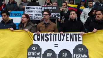Miembros de la comunidad venezolana en Argentina protestan en Buenos Aires contra la votación sobre una Asamblea Constituyente, el 30 de julio de 2017. Crédito: ALEJANDRO PAGNI / AFP / Getty Images