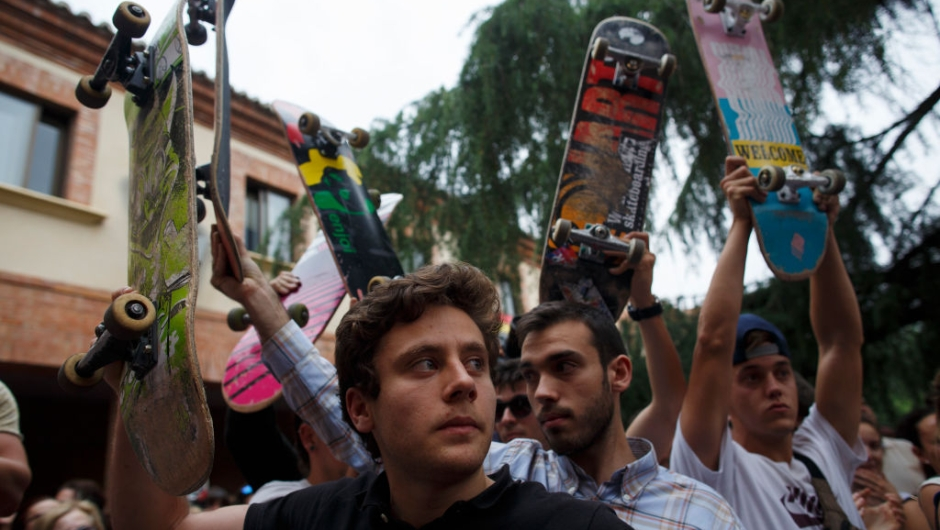 LAS ROZAS, SPAIN - JUNE 08: Skaters rise their skateboards during a vigil in tribute to Ignacio Echavarria, a victim of the London terror attack, outside of Las Rozas City Council on June 8, 2017 in Las Rozas, Madrid province, Spain. Spanish citizen Ignacio Echevarria 39, was confirmed yesterday as one of the 8 victims of London Bridge terror attack. Echevarria is hailed as 'skateboard hero' after he confronted the three terrorists using his skateboard when they were attacking other members of the public with knives near Borough Market in London on June 3. All three terrorists were gunned down by police moments later. (Photo by Pablo Blazquez Dominguez/Getty Images)