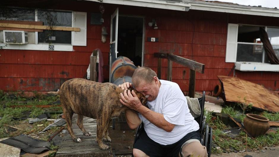 """Steve Culver se abraza y gime junto a su perro Otis al recordar el """"momento más aterrador de su vida"""", cuando el huracán Harvey destruyó la mayor parte de su casa el 26 de agosto de 2017 en Rockport, Texas. Crédito: Joe Raedle / Getty Images"""