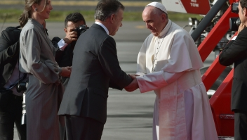 "Colombian President Juan Manuel Santos (C) and his wife Maria Clemencia Rodriguez (L) greet Pope Francis upon his arrival to Bogota on September 6, 2017. Pope Francis set off for Colombia on Wednesday for a five-day tour to plead for a ""stable and lasting"" peace in a divided country just emerging from a 50-year war that claimed hundreds of thousands of lives. / AFP PHOTO / RODRIGO ARANGUA (Photo credit should read RODRIGO ARANGUA/AFP/Getty Images)"