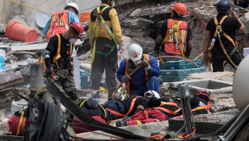 Rescuers work on the cleanup of a collapsed building in search of survivors in Mexico City on September 22, 2017. Hopes of finding more survivors after Mexico City's devastating quake dwindled to virtually nothing on Sunday, five days after the 7.1 tremor rocked the heart of the mega-city, toppling dozens of buildings and killing more than 300 people. / AFP PHOTO / Guillermo Arias (Photo credit should read GUILLERMO ARIAS/AFP/Getty Images)