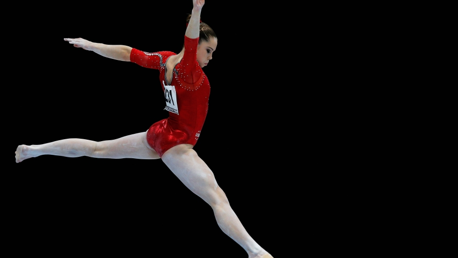 McKayla Maroney compite en las clasificatorias de barra de equilibrio en los Mundiales de Gimnasia Artística en Amberes, Bélgica, el 2 de octubre de 2013. Crédito: Dean Mouhtaropoulos / Getty Images