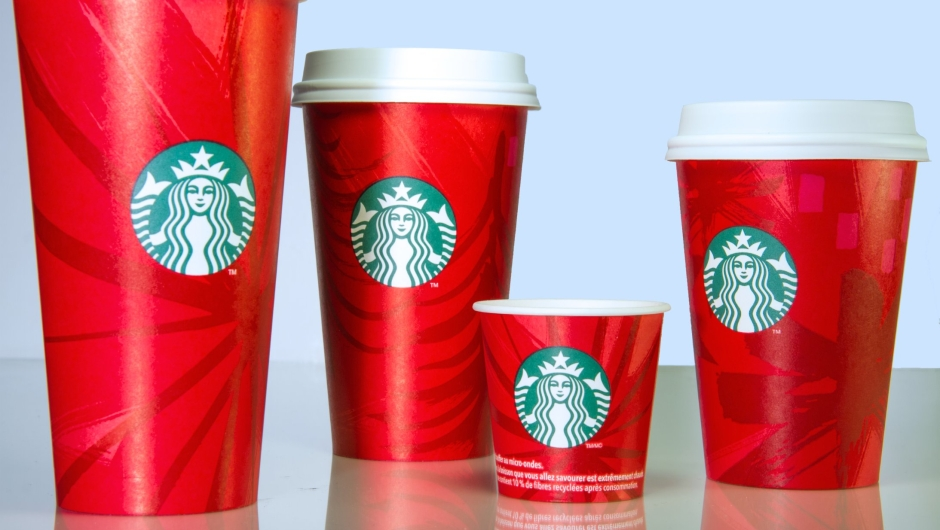 En 2014, los vasos de Starbucks también fueron rojos. Sin embargo, utilizaron diferentes tonos para ilustrar los copos de nieve y los árboles.