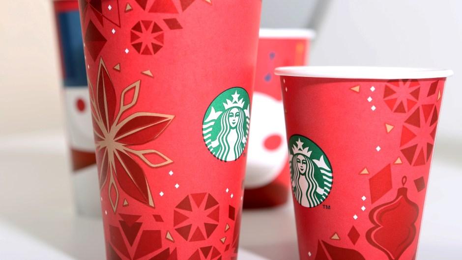 Rojo, dorado y un toque de blanco, los vasos navideños de Starbucks de 2013 incluyeron adornos de árboles de Navidad, copos de nieve y estrellas.
