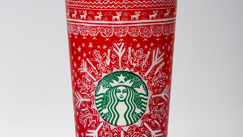 Las tazas de Starbucks para las fiestas de 2016 presentaron diseños creados por 13 clientes de seis países.